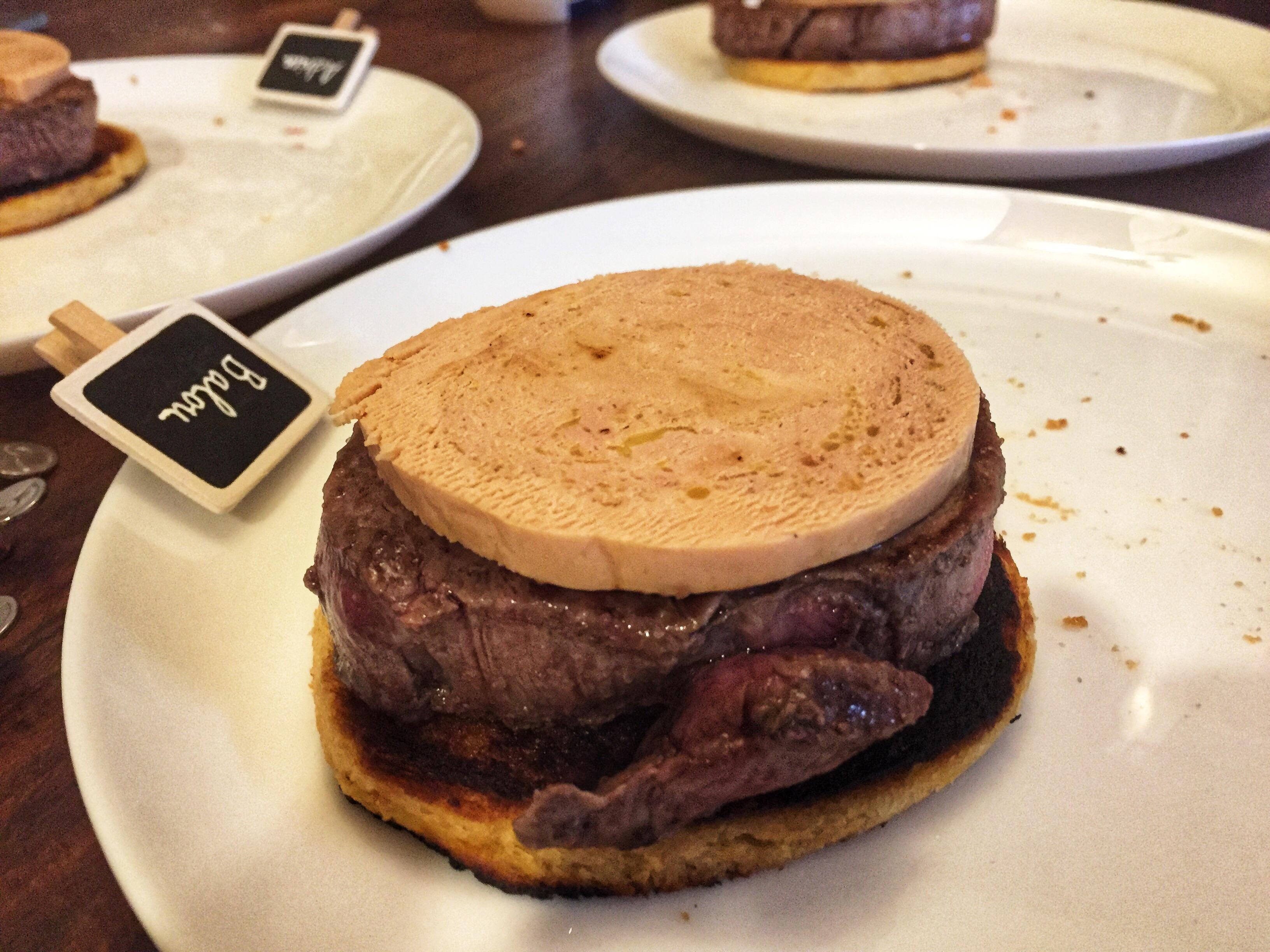 empilement de pain, tournedos et foie gras sur l'assiette