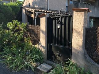 Devant le portail, à l'extérieur, j'ai planté un laurier aux fleurs saumon pâle.